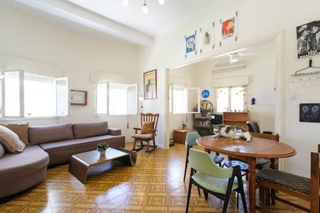 NEW! 75m, located in the main market of Tel Aviv. Super central with 5 minutes walking distance to the beach, neighboring many bars, restaurants & coffee shops. The apartment is spacious, with beautiful floors, high ceilings, and tons of light & air.