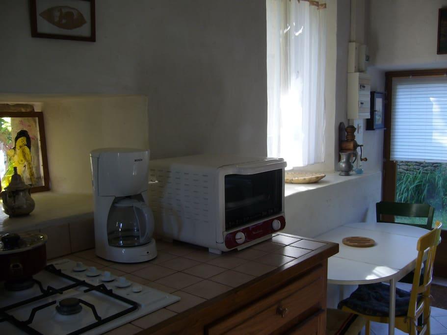 Le plan de cuisine est à 1 m de hauteur pour soulager les dos. Un praticable est prévu en cas de besoin