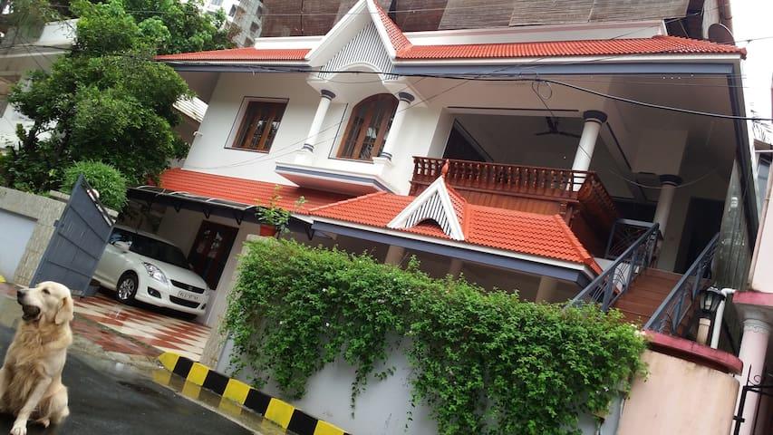 Perlachithra House , Alappat Nagar - Kakkanad - Casa