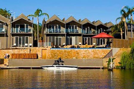 Luxury Lakeside Townhouse - Nagambie - Radhus