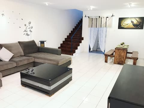 B13 Dream House@ Center of town~Newly Renovated