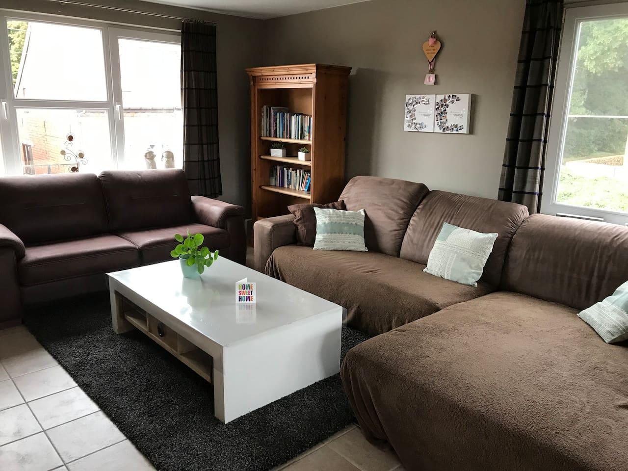 De woonkamer, en dit is de zithoek.