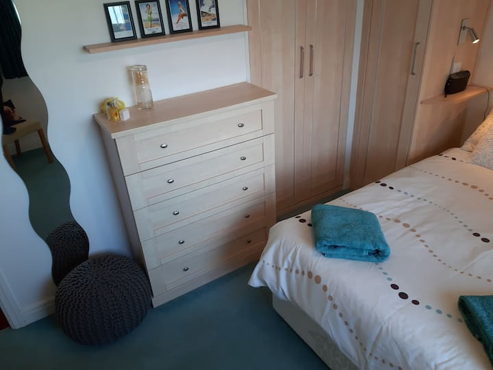 Quiet dog friendly double room + internet/TV