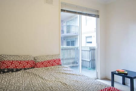 City West Edge of CBD Private Room - Apartment