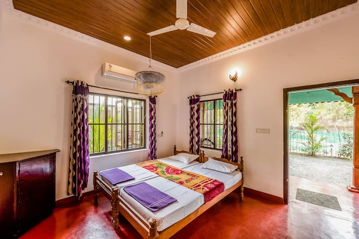 Double room in a cottage 150 mtrs to Marari Beach