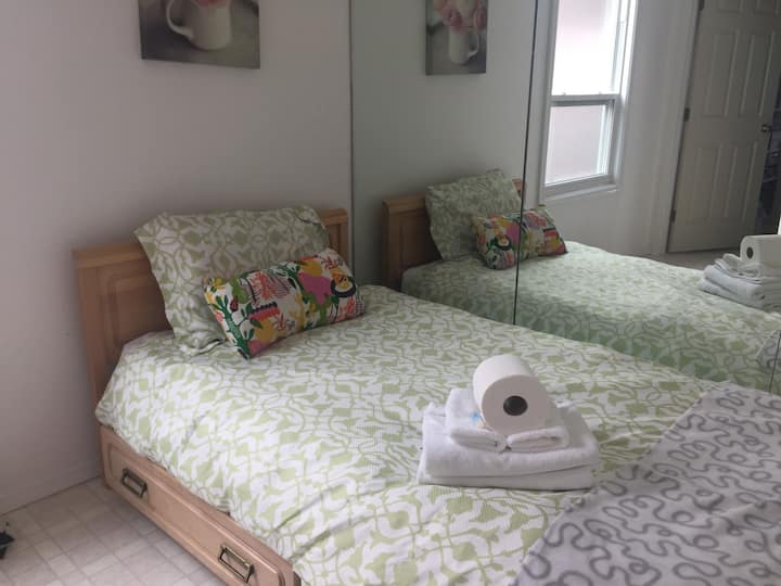 Cozy Room 6min walk to PLC, CTrain, Amenities