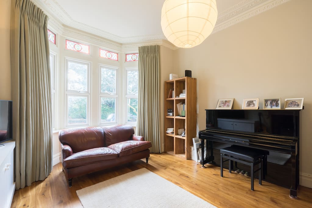 Great sitting room overlooking the park. Television with Netflix, dvd player with lots of children movies and an upright piano. Wooden floor and two very confortable sofas. wood burner with logs available.