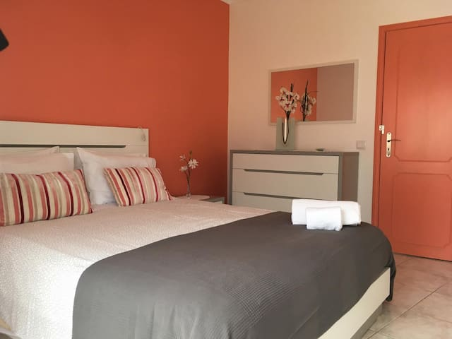 cosy 2-bedrooms apt. - Wifi & cable TV included!