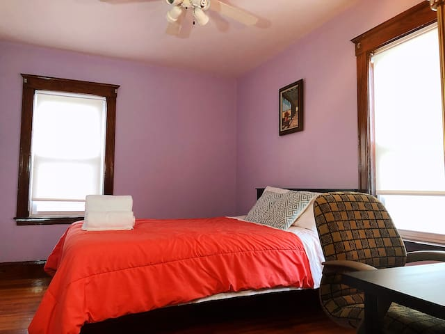 lovely private bedroom-near subway redline( #3 )