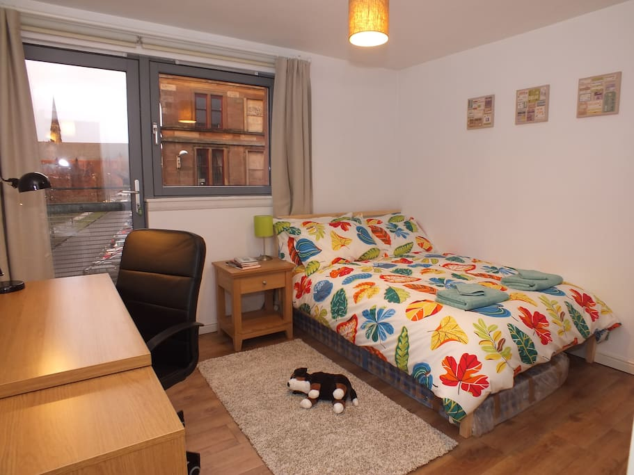Spacious flat in Glasgow's West End, close to subway, bus and train links