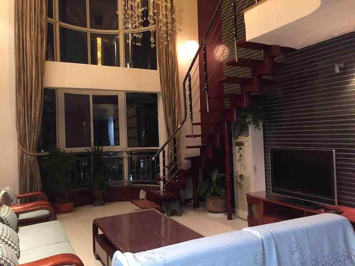 凤栖原地铁站茗景城小区,复式房屋,一层次卧三18平单间出租,三个次卧公用两个卫生间,房东住二层