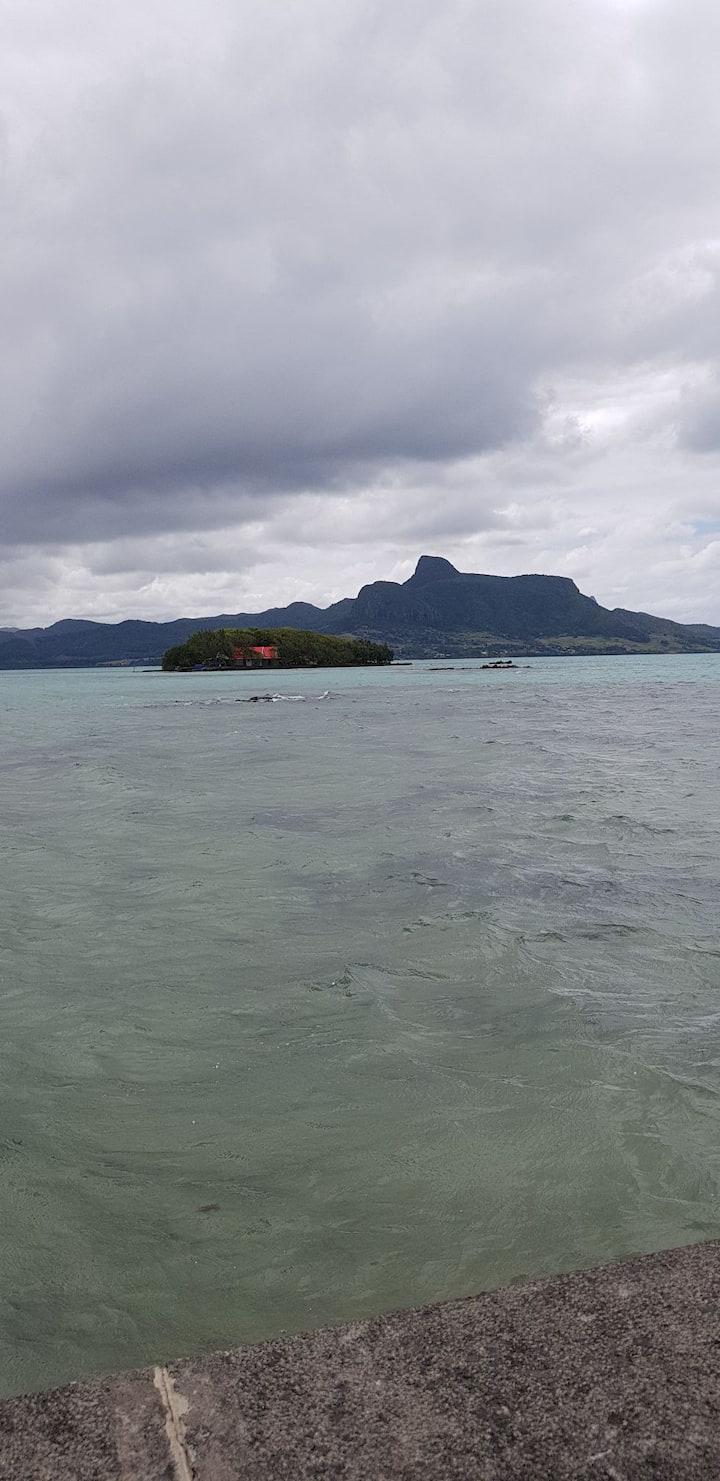 Maison coraile , face a la mer .