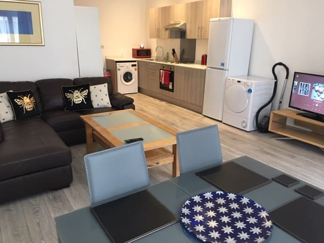 Spacious and Bright 2 bed flat, free gym access!
