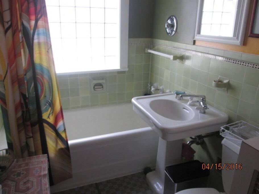 Bath w/ tub & shower & toiletries