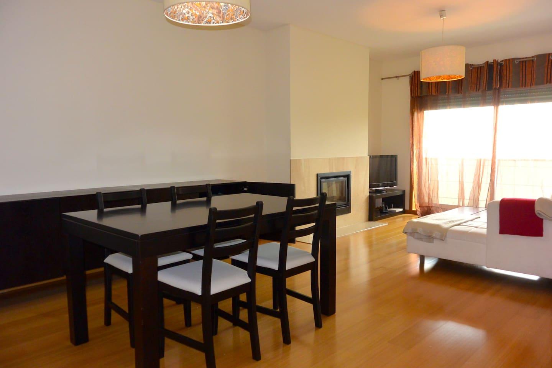 Living and dining Room with fireplace and balcony * Sala com lareira e varanda