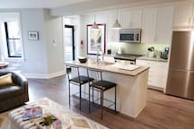 Lovely farmhouse style kitchen w breakfast bar