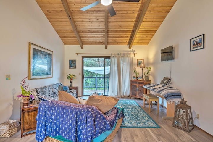 Peaceful Abode w/ Deck, 13 Mi to Black Sand Beach!