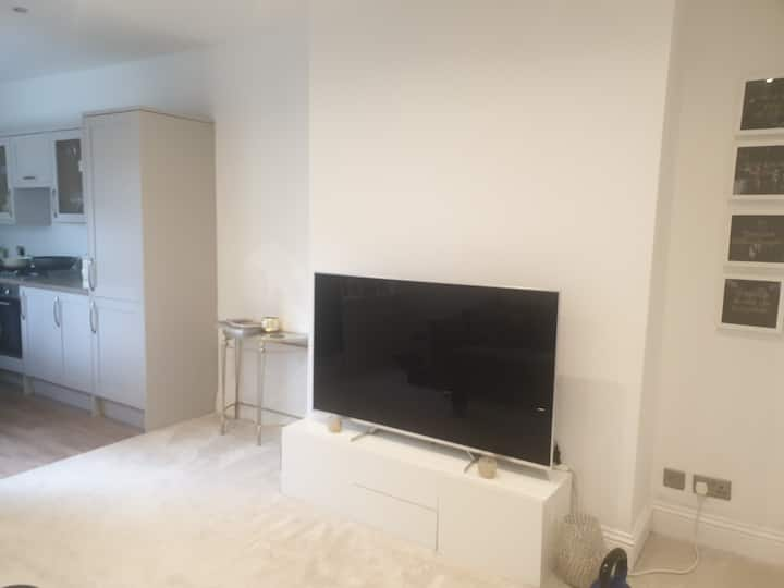 Single room in well presented home close to centre