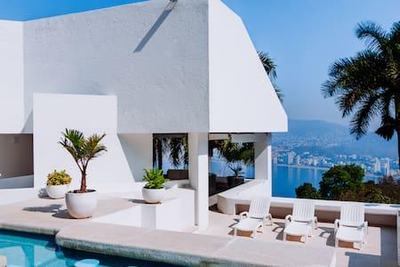Casa en Las Brisas con 2 albercas privadas.