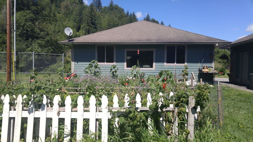 Kalama River Cottage/2 miles off of I-5 Exit 32 - Kalama - บ้าน