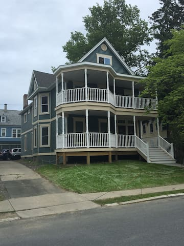 RPI, Emma Willard, SUNY, lovely flat sleeps 6