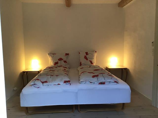 Soveværelset, seng som dobbeltseng med 2 natborde/ Bedroom with a double bed and two night tables