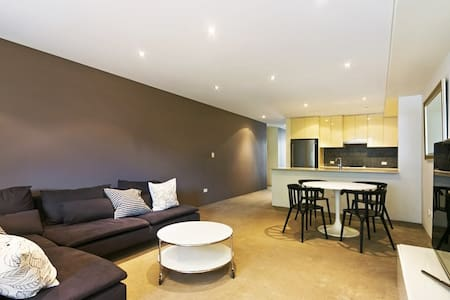 Stylish apartment with large bedroom - Camperdown