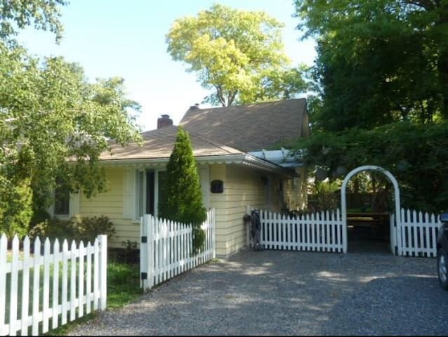 Dixie One Cottage Grape Suite (Heart of NOTL)