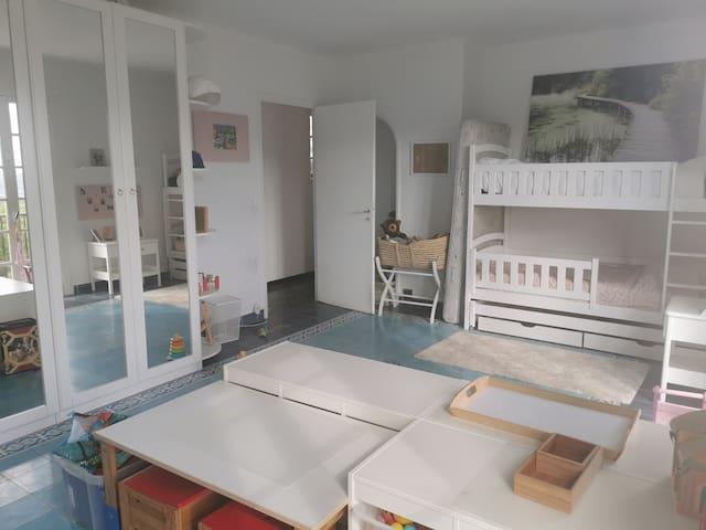 La très grande chambre n.2 pour 2 enfants, avec de nombreux jouets, livres et jeux de société de 6 mois à 12 ans.