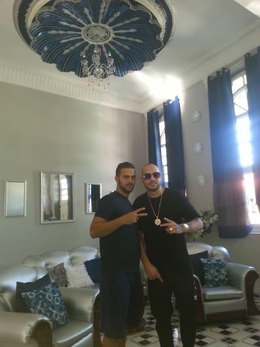 Jacob Forever cantante cubano en su segunda visita al Hostal La Concha Azul