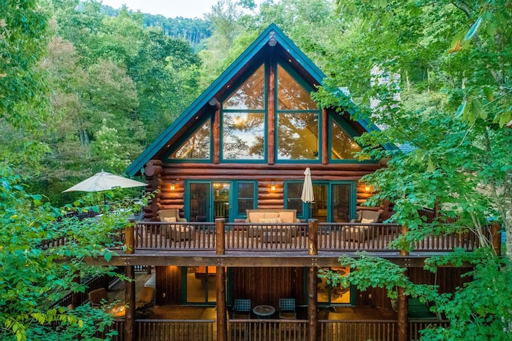 Rustic & comfy log home with hot tub, pool table and unbeatable mountain views!