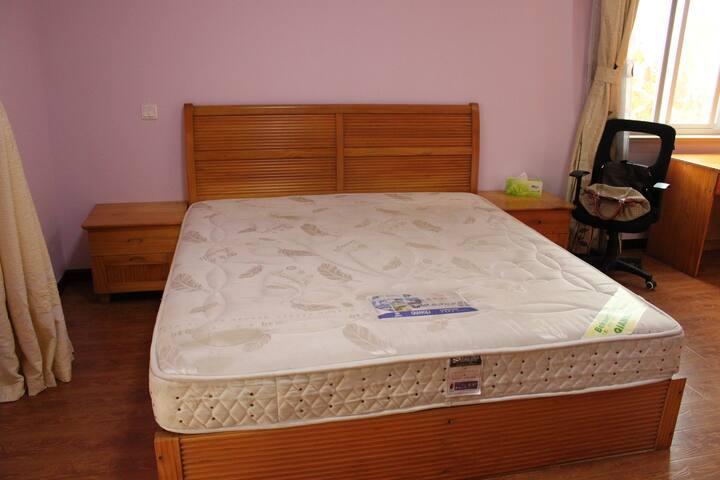 主卧室里的双人床。A big bed in the main bedroom.