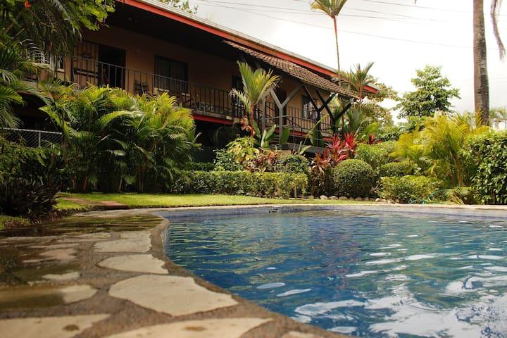 Condo Bambú, Pool/AC/WiFi/Cable/. 2min From Beach!