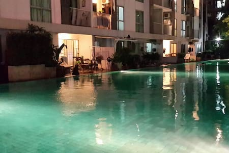 Unit by the pool/MRT/night market. - Wohnung
