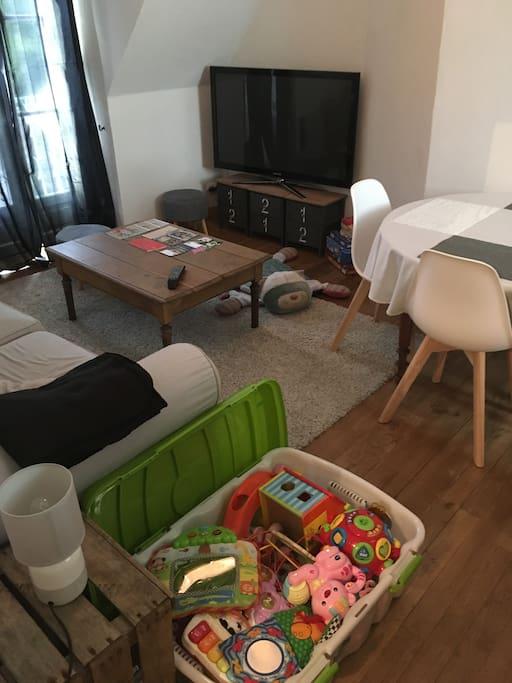 C'est également prévu pour les enfants , lits à barreaux table à langer, différents jeux différents âges