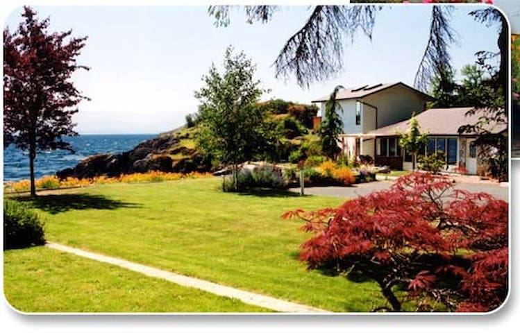 3 bedroom 2 bathroom sleeps 8 fully self catering - Sooke - Huis