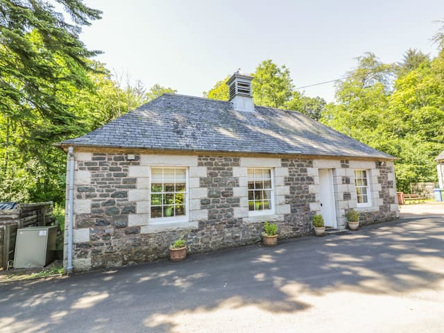 DUCK POND COTTAGE, romantic, with a garden in Kirkmichael, Ref 953555