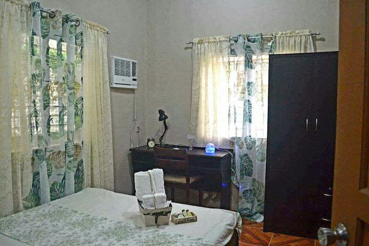 Private Room with Ensuite Bathroom - Tigbauan - 一軒家