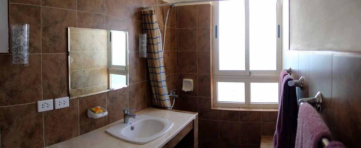 Baño con vista al mar intercalado entre la 1ra y 2da habitación.