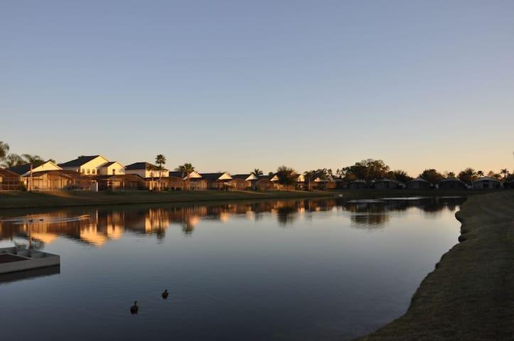 Casa near Disney: 5 bed/3 bath lakefront pool home