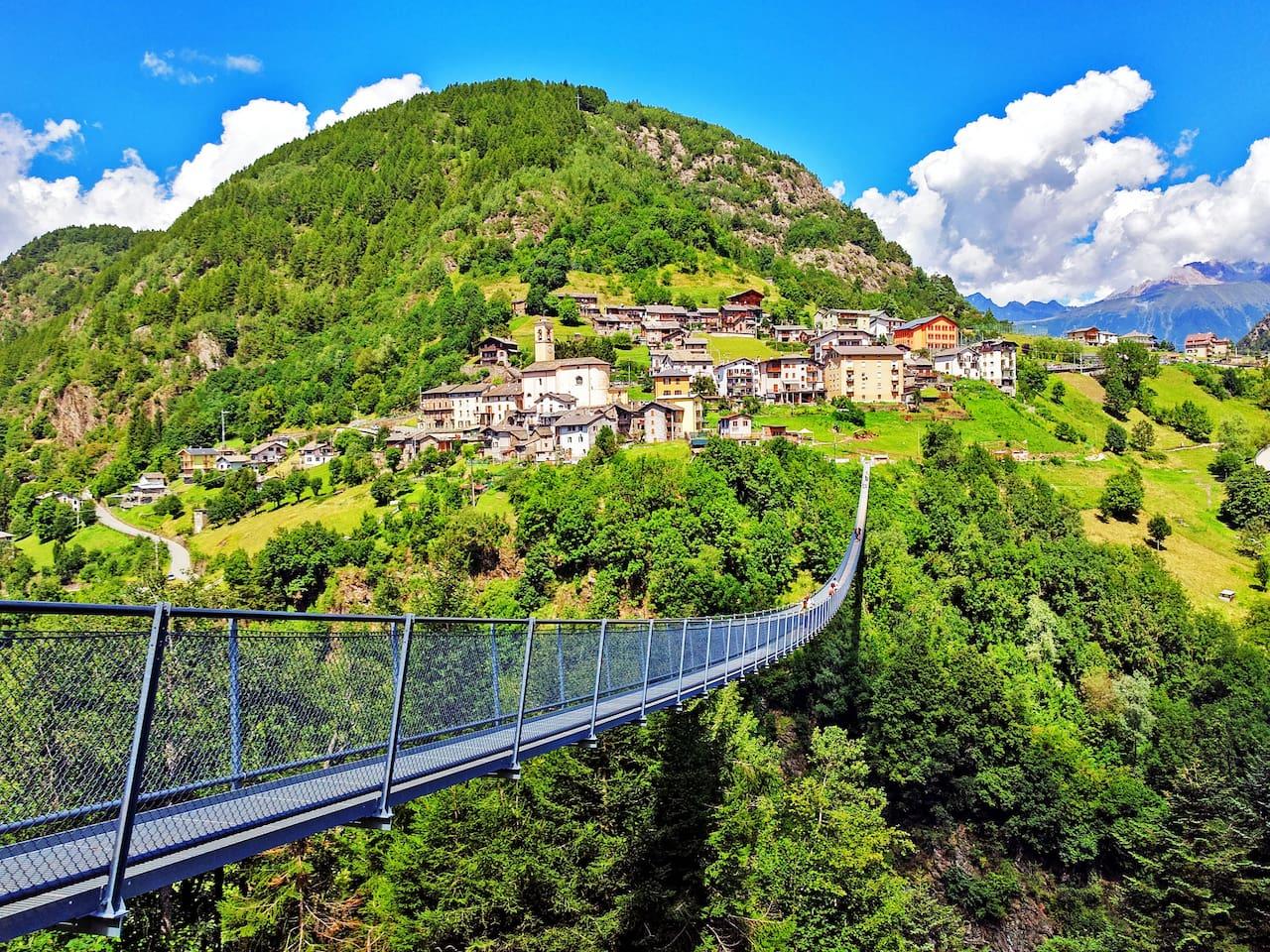 Il ponte tibetano più alto d'Europa e l'abitato di Campo