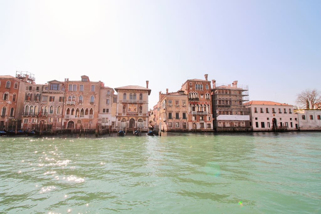 san marco apartment with canal view apartments for rent in calle gritti venice italy. Black Bedroom Furniture Sets. Home Design Ideas