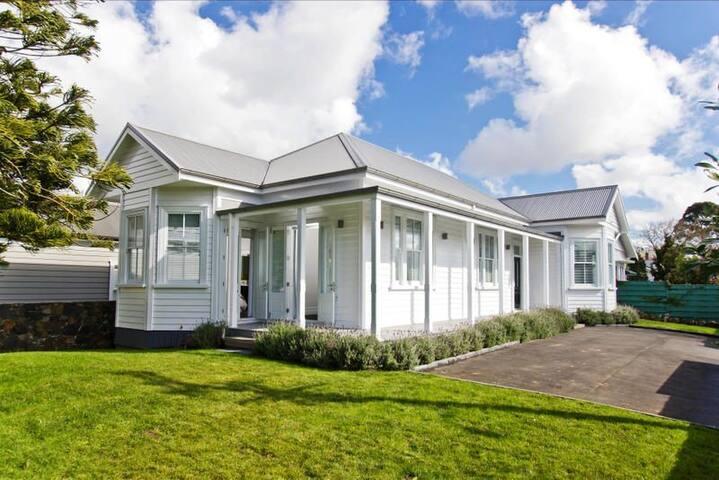 Executive-style room in Ellerslie villa - Auckland - Villa