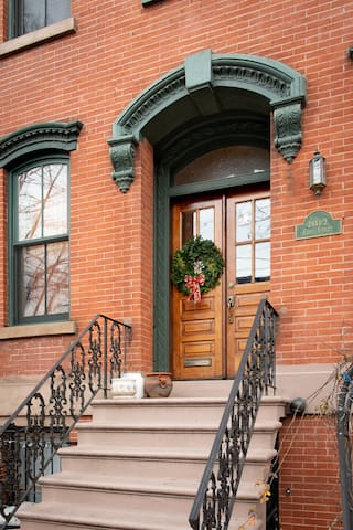 244 1/2 1st St is a townhouse built in 1887