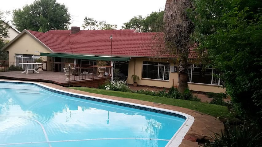 The 4 Ball A - WiFi, Full DSTv, Peaceful, Randpark