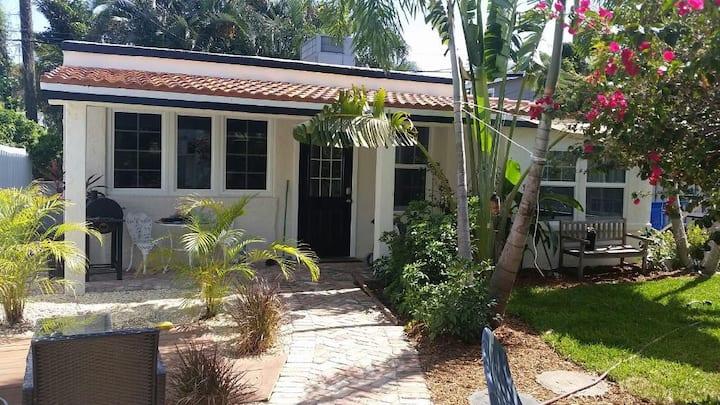 Cozy Flamingo Park Cottage
