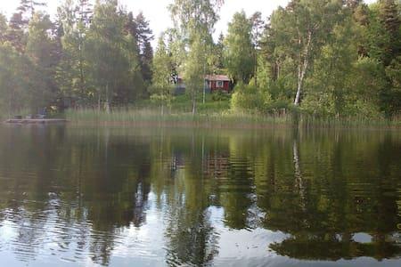 Fridfullt vid sjö,60 min från sthlm - Hus