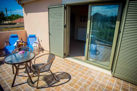 Colorful flat 2km from the beach - Antipata - Apartemen