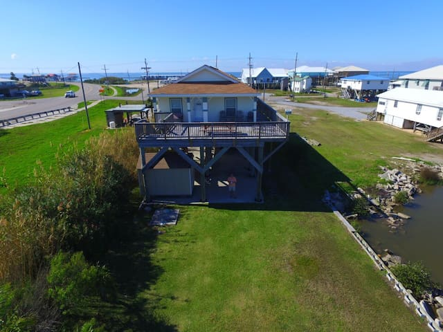 Daddy's Dream has a fishing pier in Grand Isle and is Pet Friendly