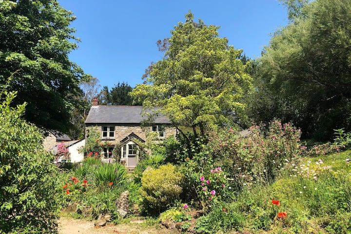 Cornish cottage with gardens, woodland & lakes